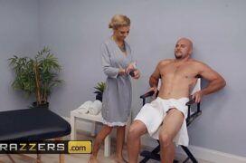 Videos de putaria de uma loira massagista dando em cima de seu cliente