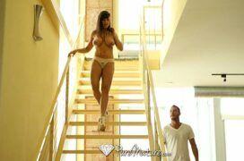 Lisa Ann morena bem cavalona descendo as escadas para uma boa trepada