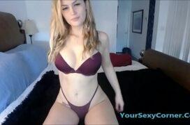 Branquinha gostosa demais fazendo putaria na webcam
